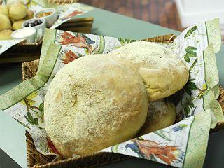 Broa de Fubá da Palmirinha Farinha de trigo, 700 g Fubá, 300 g Açúcar, 150 g Manteiga ou margarina, 100 g Ovos, 2 unidades Sal, 1 colher de chá Erva-doce, 1 colher de sopa Fermento para pão, 100 g Água morna, 500 ml Fubá para polvilhar, a gosto