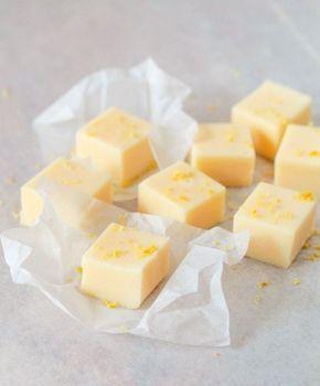 Citronfudge är verkligen hur enkelt som helst att göra och blandningen mellan sött och syrligt gör den till en helt fantastisk godsak. Den här citronfudgen är alldeles himmelskt mjuk och len och ligger någonstans mellan fudge och citronkola i konsistensen och det går inte riktigt att definiera den.
