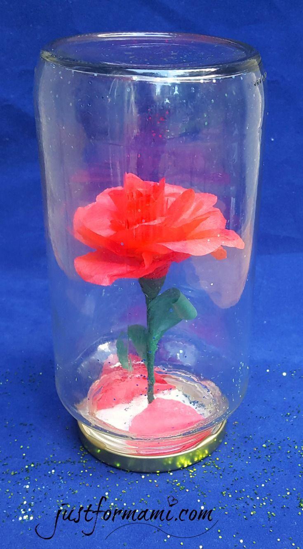 Para celebrar la nueva Película quisimos hacer esta Rosa Encantada de la Bella y la Bestia colocando una rosa de papel en un frasco de vidrio