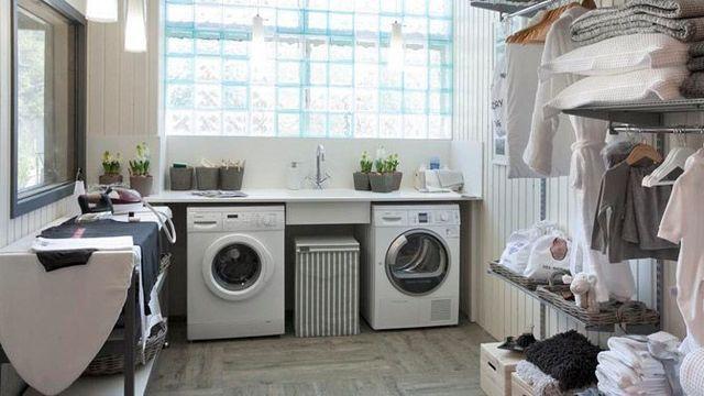 Crea un lavadero pequeño y práctico en con muebles multifuncionales y a medida