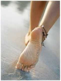 shell anklet steps at the beach... verano hipster en livingmoda.es