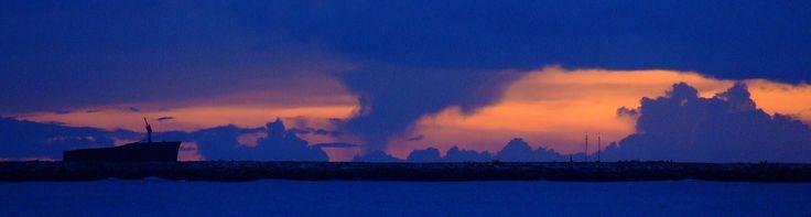 https://flic.kr/p/jSh7Ci | Pôr do Sol em um céu nebuloso / Sunset in a cloudy sky | Pôr do sol visto do Meireles, Fortaleza - Brasil... no limite do zoom óptico da máquina, o naufrágio Mara Hope aparece à esquerda da foto e o mastro de um veleiro que navega ao longe, aparece à a esquerda.   Sunset seen from Meireles, Fortaleza - Brazil ... in the optical zoom limit of the machine, the sinking Mara Hope appears to the left of the picture and the mast of a sailing ship that navigates in the…