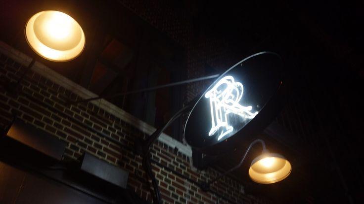 REBELLE NYC  ロウアーマンハッタンに位置するモダンフレンチのREBELLEは、 2015年ミシュラン一つ星に輝いた、今話題のレストラン。 Pearl & Ash の姉妹店でもあります。 本場フランスのSpringで修行を積んだNY出身のシェフが料理を手掛けていて、 First = 冷前菜 Second = 温前菜 Third = メイン Fourth = デザート に分かれ、シェフのクリエイティブな料理がメニューに並びます。   人気のヒラメ・ブラウンバターソースは、シェリーとレモンの酸味に、ケッパーがアクセントになっています。 She Wolf BakeryのNY産の小麦を使用したパンを提供。 ワインのメニューもかなり充実しているので、ワイン好きには嬉しい。 内装は、約8名座れる大理石のカウンターテーブルに、無機質な壁、シンプルながら、 夜はキャンドルやライトの灯りで、暖かみのあるモダンな雰囲気です。 ミシュランのお店ではありますが、スタッフも装いもカジュアルで、フレンドリーな接客、…