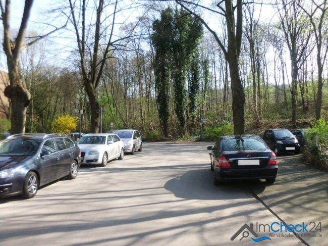 Parkmöglichkeiten sind ausreichend vor dem Haus vorhanden.