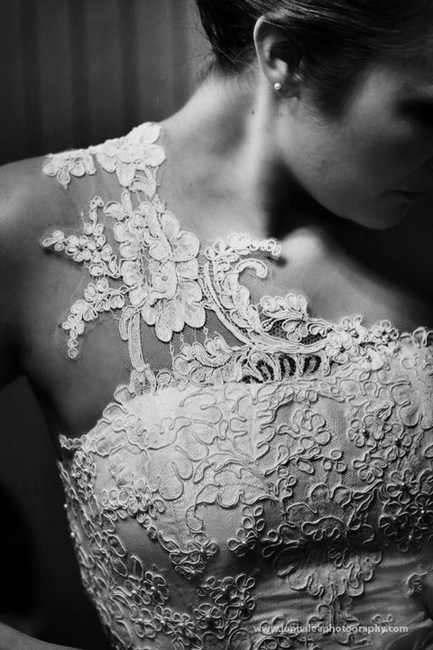 Love the lace detail on this wedding dress! Repin by Inweddingdress.com #weddingdress #lace