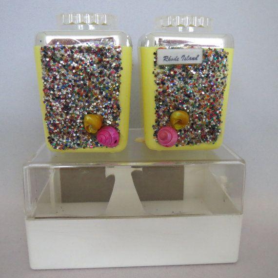 Vintage des années 1960 1970 jeune Rhode Island souvenir coquillage et paillettes salières et poivrières en plastique dur