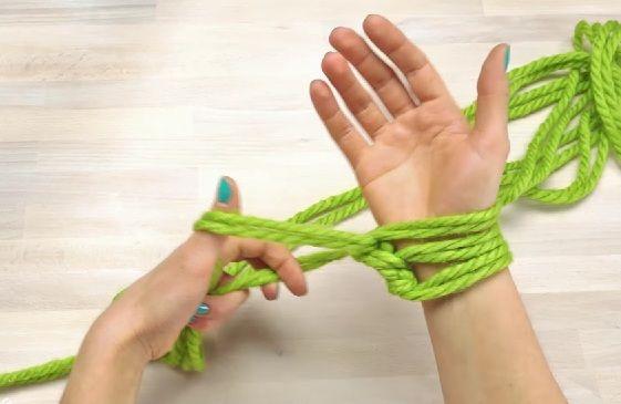Nawet, jeśli masz dwie lewe ręce, to poradzisz sobie z tym zadaniem. Zobacz, jak zrobić modny szalik!