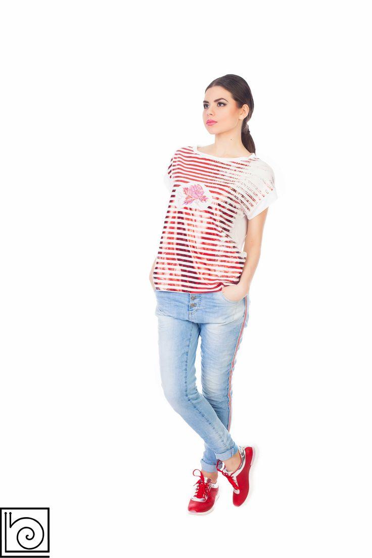 Женская футболка в горизонтальную красно-белую блесиящую полоску и вышитой розой спереди. Рукав спущен, короткий. Vicolo Northland. Италия.