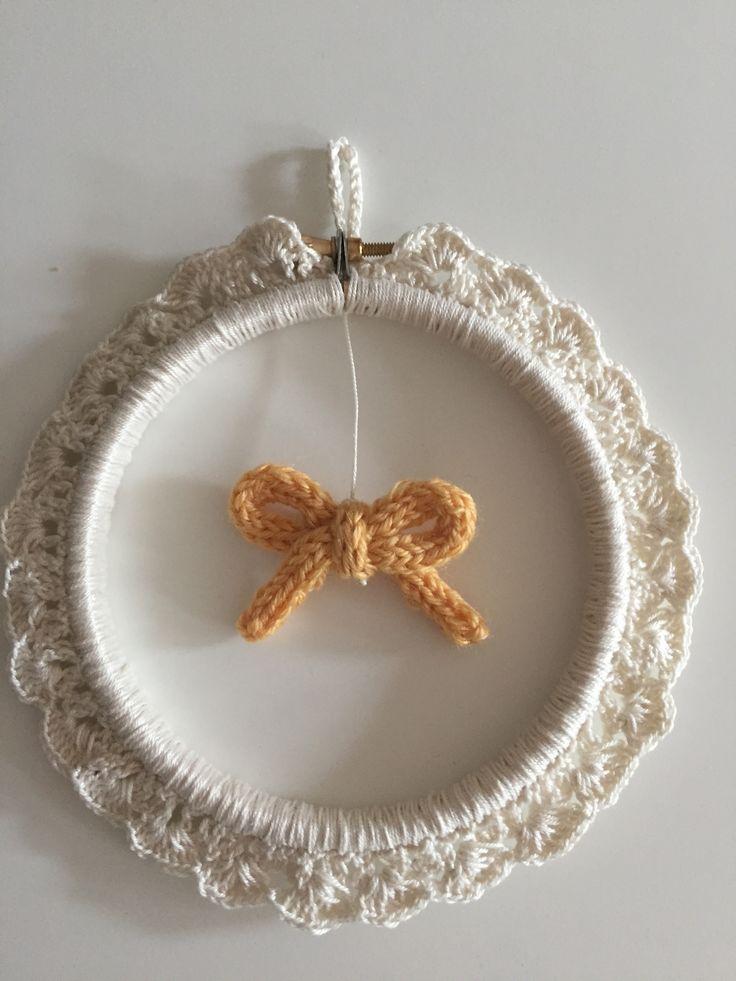 Décoration enfant murale dentelle crochet et noeud en tricotin #crochetcoton #tricotin #cercleàbroder