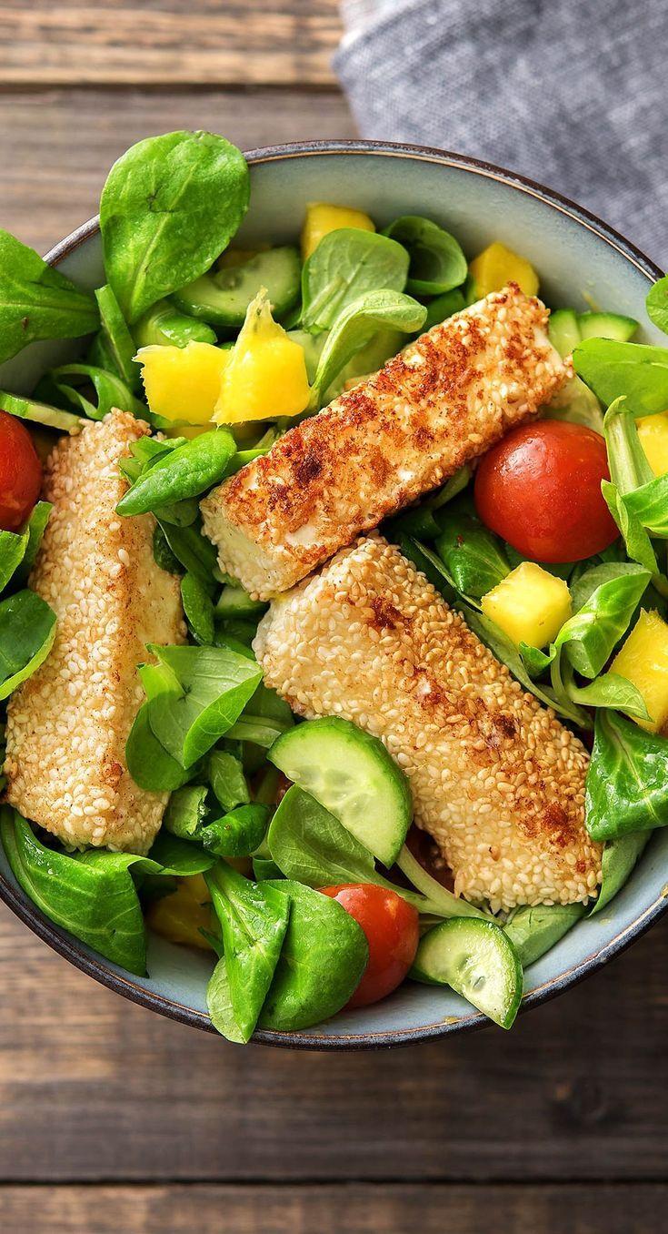 Hirtenkäse in Sesamkruste dazu ein frischer Salat mit Mango und Kirschtomaten