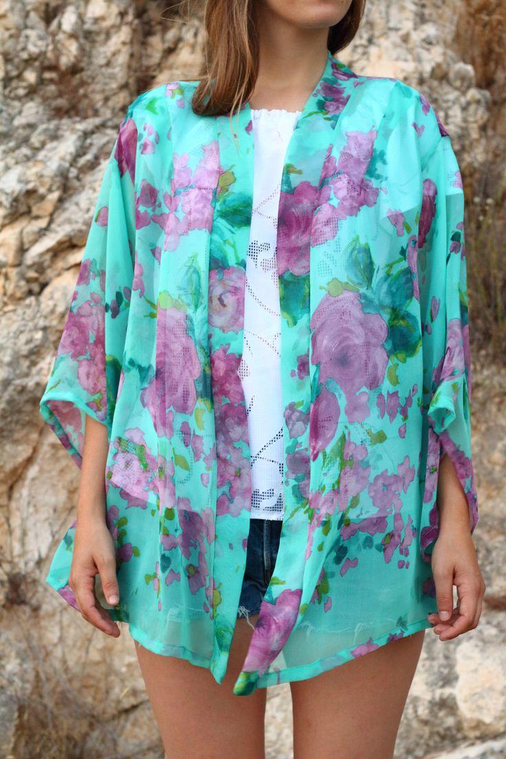Kimono de gasa chiffon en tono verde agua con preciosas flores grandes en violetas y fucsias. #kimono #etsy #kimonos #cardigan #etsyshop #coverup #palmertree #palmeras #boho #bohemian #bohochic #outfit #look #ootd #azul #blue #fashion #moda #kimonocardigan #tul #raso #autumncardigan #kimonootoño
