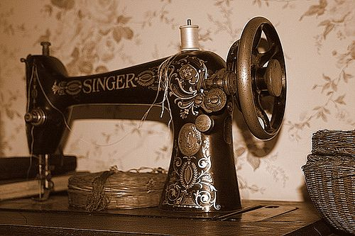A primeira máquina de costura foi apresentada em 1830 por Barthélemy Thimonnier, um alfaiate francês. Em 1846, Elias Howe, introduziu algumas alterações e patenteou-a. Em 1851, nos E.U.A., surge a máquina de costura com pedal, uma invenção de Isaac Singer, que implementou várias melhorias e fez com que esta dominasse o mercado. A máquina de costura trouxe profundas alterações nos ritmos de produção e confecção de vestuário.