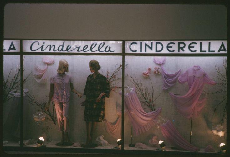 Το κατάστημα γυναικείων ειδών Cinderella. Αθήνα 15 Απριλίου 1965. ©Charles W. Cushman