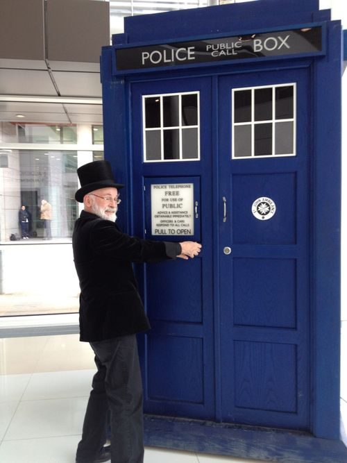 Terry Pratchett and the TARDIS! What a cool companion for the Doctor! THE TTTAAARRRDDDIIISSS