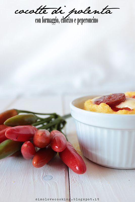 Cocotte di polenta con formaggio, chorizo e peperoncino