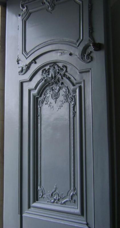 Door of the chateau Versailles painted with Allbäck dark grey linseedoilpaint.     Deur van paleis Versailles geschilderd in een donkergrijze tint lijnolie verf van Allbäck