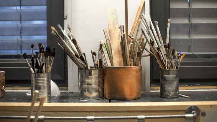Hvordan kan en leirklump bli til et kunstverk, og et tøystykke til en kreasjon? Ta et år med kunst og håndverk – og utvikle evnene dine i problemløsning og originalitet!