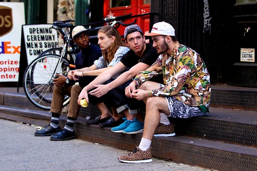 "wirdyblog:    dapprly:    Photo: Chloe Zhao(Opening Ceremony, NYC)   Opening Ceremony pt. II: The range of style on one step - it's NYC decoded.    oh shit, that's the crew! well part of it anyway.        A variedade de estilos sentados em um mesmo degrau. Nunca veria isso em belo horizonte, onde todo mundo se veste igual, até mesmo os ""alternativos"""