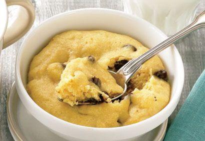 Biscuit minute aux brisures de chocolat dans une tasse - rapide et délicieux à faire avec les enfants !
