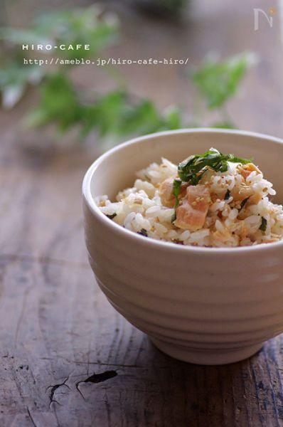 焼いた鮭とらっきょうと大葉で簡単に混ぜご飯を作りました!らっきょうの食感がアクセントになりさっぱりと美味しい一品ですよ☆