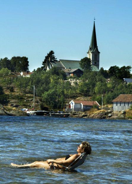 La tærne synke ned i vannet og kjenn solen varme huden mens du ser ut over den glitrende blå fjorden