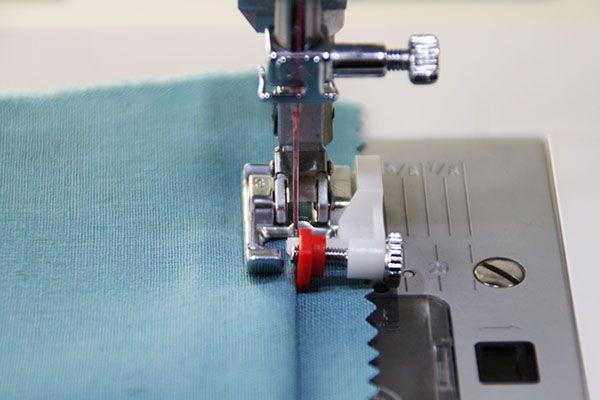 Det er ret nemt at lave en usynlig oplægning af bukser med blindsting. Du har nemlig sikkert allerede en blindstings-trykfod liggende i din sykasse.