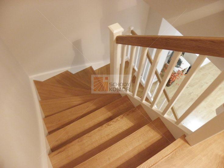 Nowoczesne białe schody z dębowymi stopniami - Schody drewniane JOACHIM KOMOR