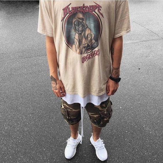 Sneaker Branco, Tênis Branco Masculino, Macho Moda - Blog de Moda Masculina: Roupa de Homem: 5 Tendências Masculinas que continuam para 2017. Camiseta de Banda, Bermuda Camuflada, Sobreposição de Peças.