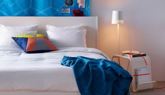 鮮やかな色彩のイケアのテキスタイルとカバーでコーディネートしたベッドルーム。