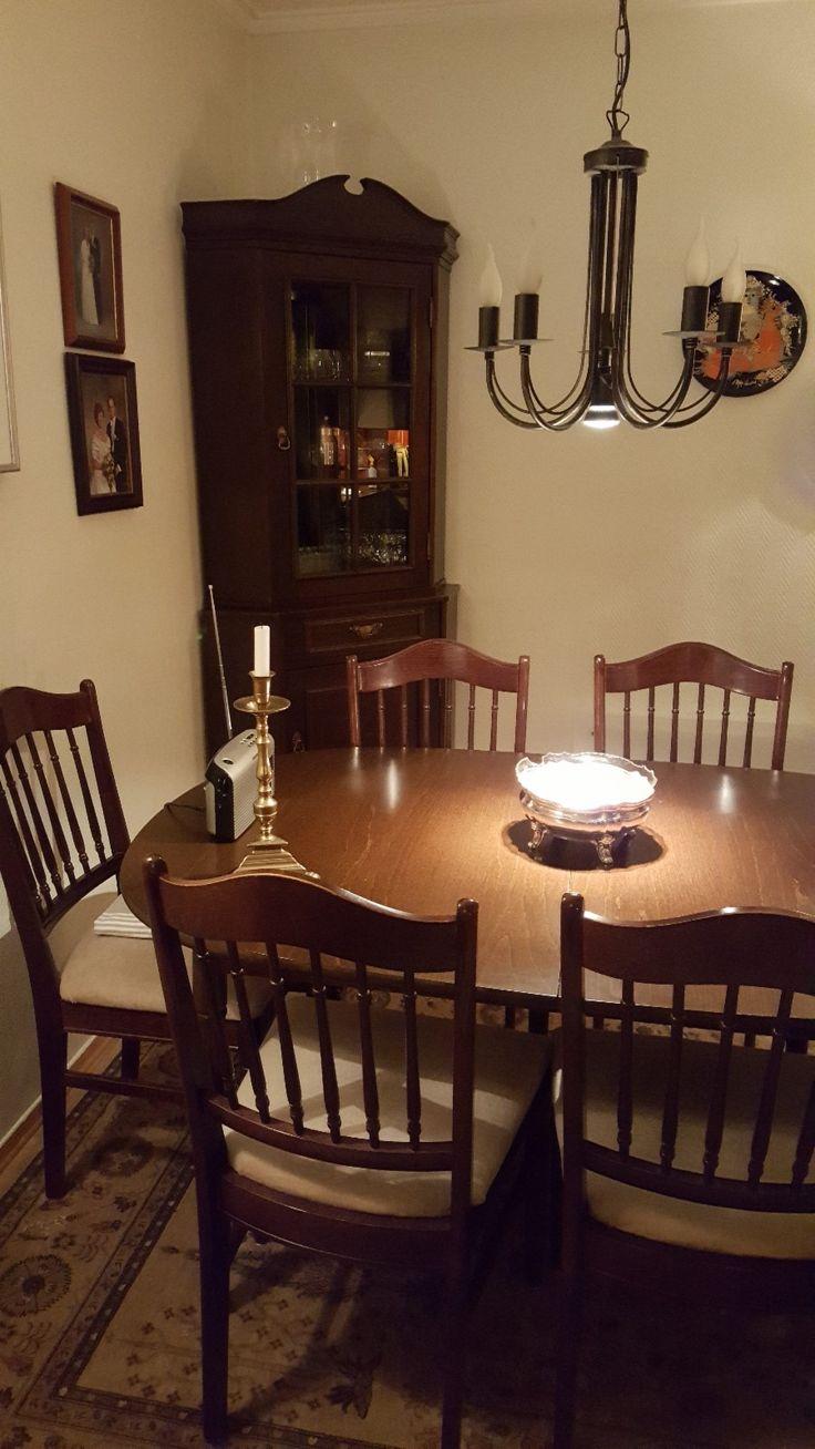 FINN – Spisestue med 6 stoler, 2 ileggsplater og hjørneskap.