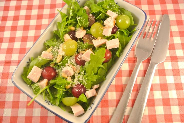 salade met gerookte kip, rucola en druiven