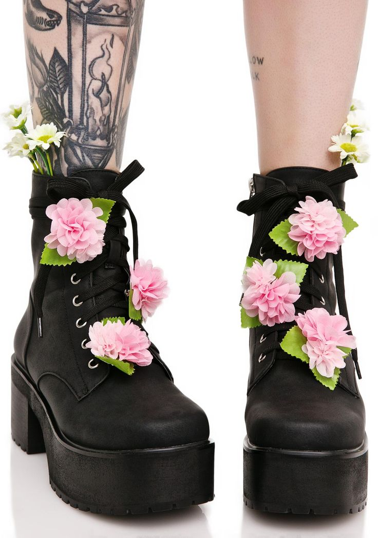 Sugarbaby Grunge Petals Boots are sure ta tickle yer floral fancy, bb~ Show 'em yer bloom 'tude with these sweet boots, featurin' a sleek black vegan leather construction, chunky treaded heel 'N platform, detachable white daisies sprouting up from the ankle, six pink blossom pins that ya can stick all over the laces, and side zip closure.