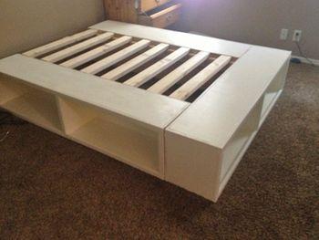 カラーボックスと組み合わせるアイデアも!木枠を作る手間も省けて、さらに簡単に作れます。収納スペースも確保できるのも嬉しいポイントです。