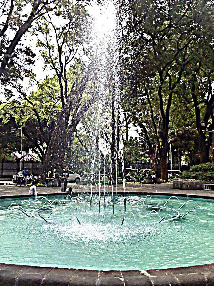 Air mancur Taman Suropati ini suka banget ngagetin. Kadang mati tiba tiba, kadang nyala tiba tiba. Seakan akan minta difoto.
