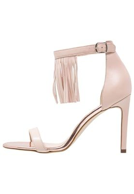 Iris Tinunin, Fashion Blogger di Stylosophique - Tendenza Nude, Trend Nude, Nude Colors, Nude Palette, Nude Shoes, Nude Clothes, Wishlist --- Zign Sandali - nude a € 80,00 (via Zalando)