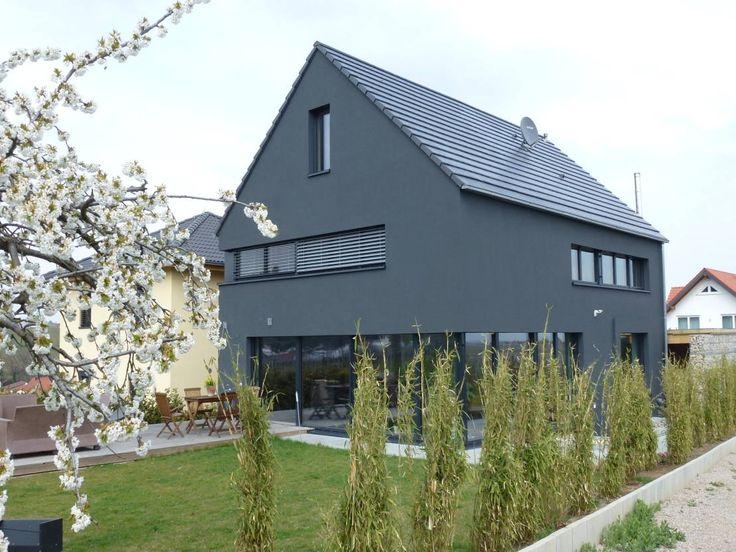Garten modern Terrasse Steinplatten Holz Sitzbank Metall Beine