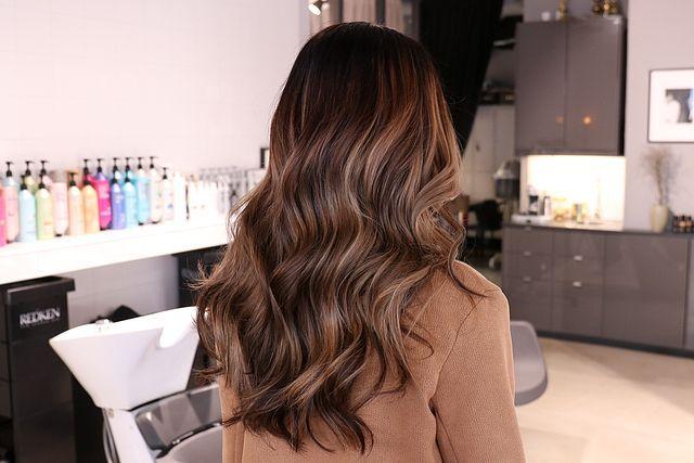 mörkbrun hårfärg med ljusa slingor