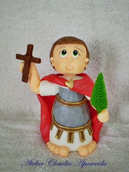 Santo Expedito modelado em biscuit com características infantis.  Elo7 - Atelier Claudia Aparecida