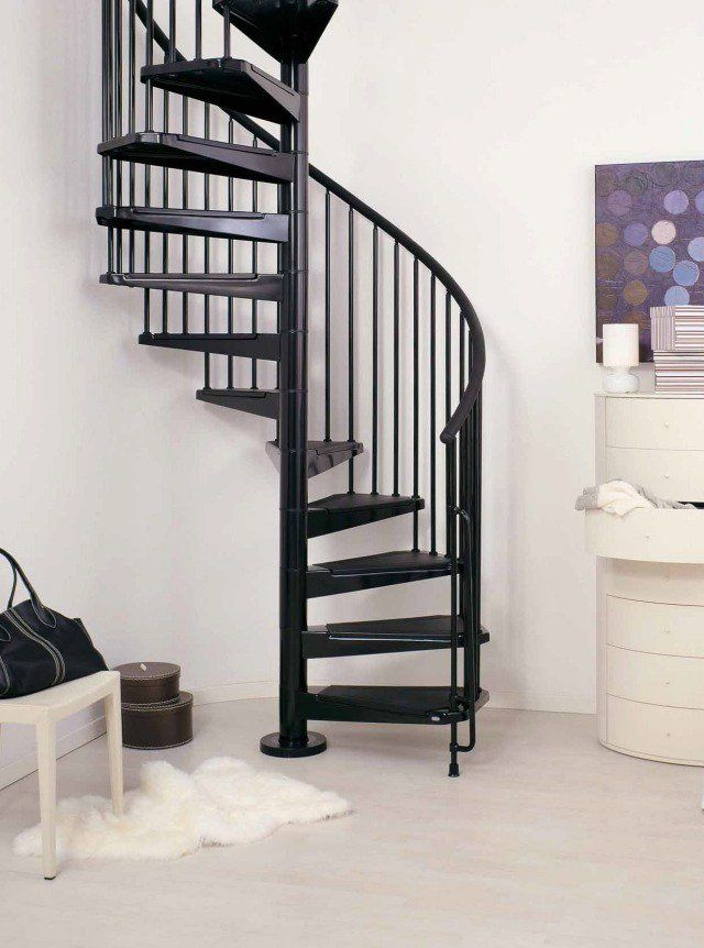 un escalier colimaçon noir et brillant à rampe barreaudage