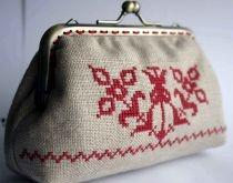 Purse with traditional patterns by http://www.breslo.hu/item/Erdelyi-keresztszemes-ujragondolva-Tuzpiros_3112#