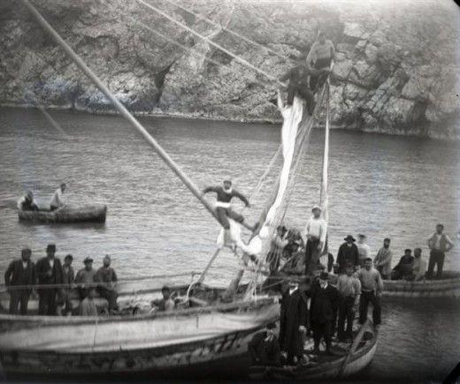 Φωτογραφία του 1900: οι σφουγγαράδες της Σύμης βουτούν στο σημείο του αρχαίου ναυαγίου, στα Αντικύθηρα