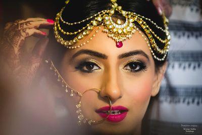 getting ready shots, bride getting ready shots, mathapatti, bridal mathapatti, bridal nath, nath, bridal wedding jewellery