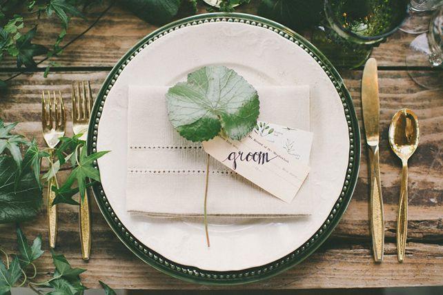 Тренды 2016 года: зеленые листья, пальмы и тропики, сервировка стола с листком - The-wedding.ru