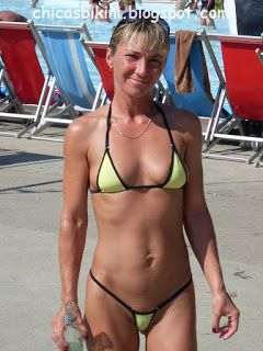 mujeres maduras en micro bikinis