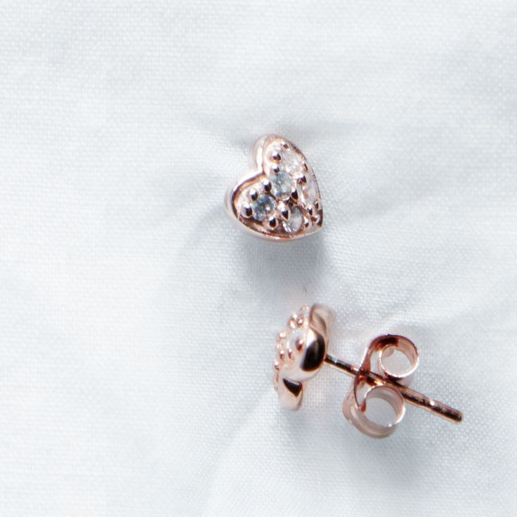 Small heart sterling silver ear studs from Svane & Lührs with sparkling white CZ. // Worldwide shipping EUR 5 //