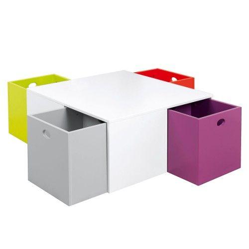 Une table pour ranger et s'amuser. 4 cubes aux couleurs modernes qui iront se nicher sous la table pour ranger jouets, livres, Cd, DVD... Ces derniers peuvent être utilisés avec l'ouverture vers l'extérieur pour avoir livres et Cd à disposition, vers le haut pour ranger tous les jouets sous la table. Vraiment astucieux !
