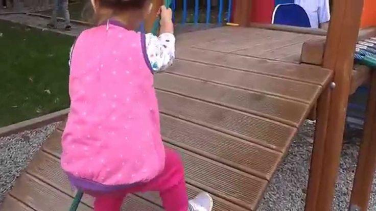 Zabawa na placu zabaw w parku - wspinaczka i zjeżdżalnia