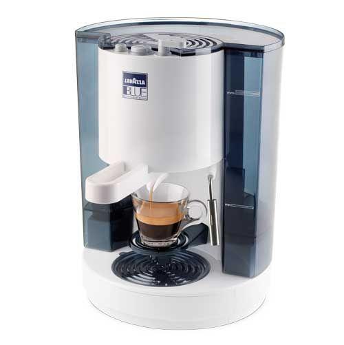 https://www.anforadearomas.pt/lavazza-blue/tipos-de-produtos/maquinas/maquina-de-cafe-lavazza-lb-850-chiara?PID=84 - A Máquina de Café Lavazza LB 850 Chiara é a escolha ideal tirar café em casa ou em espaços de consumo reduzido. Desenhada como parte de um projeto internacional de design, trata-se de uma máquina de café profissional e elegante. A utilização é simples: basta colocar a cápsula no porta-filtros, ajustar a peça abaixo do jato de água e pressionar o botão no topo do aparelho.