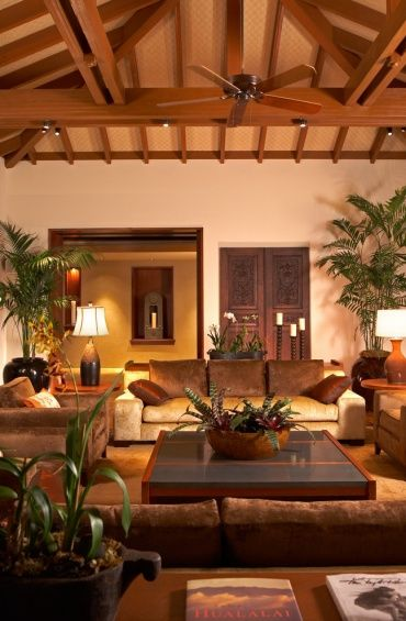 アジアンのホテルのロビーのような演出です。重厚な家具に観葉植物のバランスが癒しの空間を演出しています。