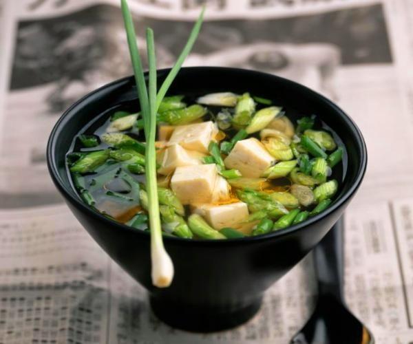 Sopa de miso con tofu y algas wakame